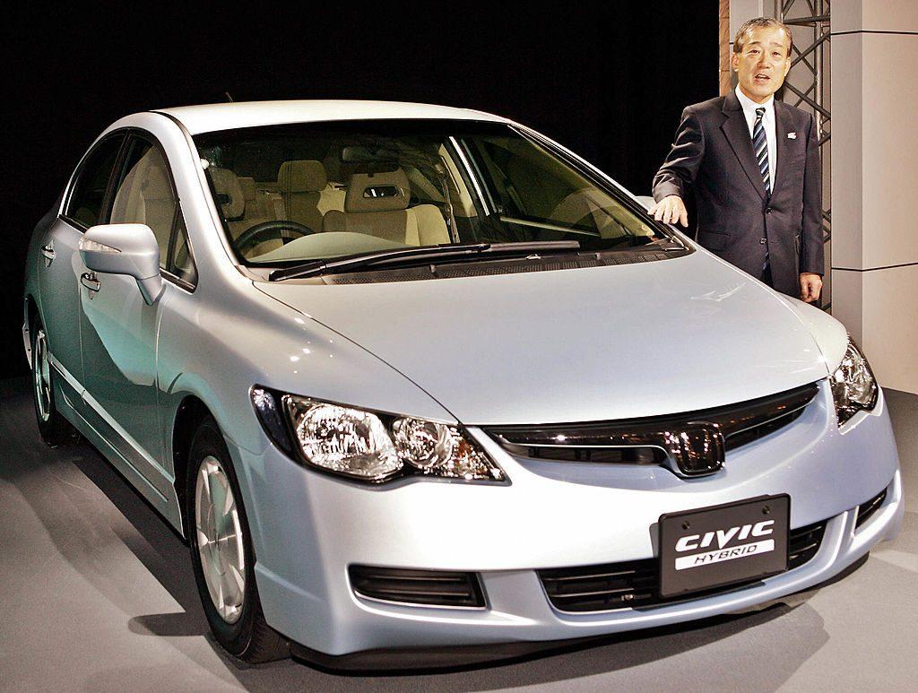 A 2005/2006 silver Honda Civic on display.