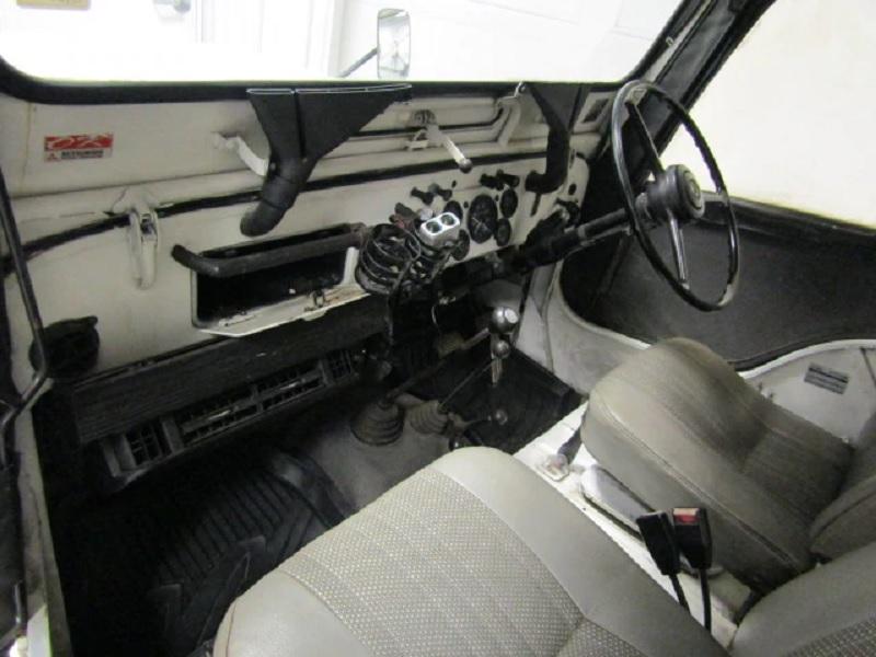 1984 Mitsubishi Jeep interior