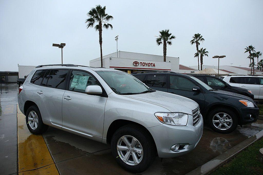 Toyota Highlanders parked on a car dealership lot