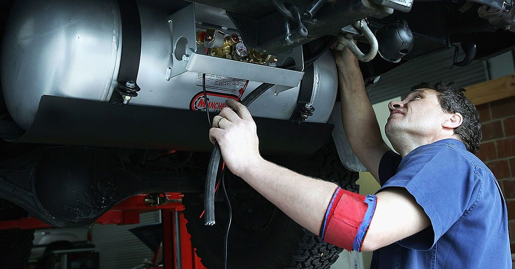 A mechanic prepares to complete an oil change on a car like one of the affected models from the class action lawsuit