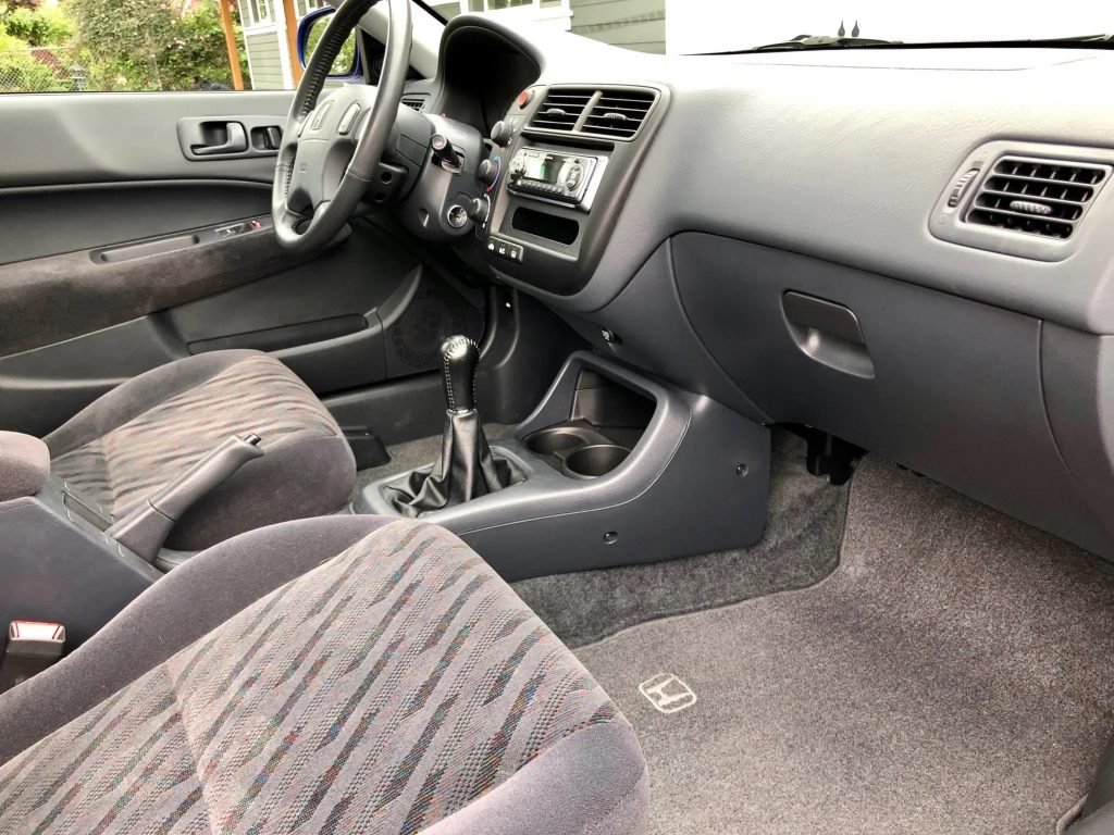 Black-and-grey interior of the 2000 Honda Civic Si