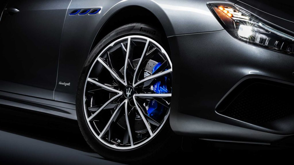 Blue brake calipers and fender vent accents on the 2021 Maserati Ghibli Hybrid