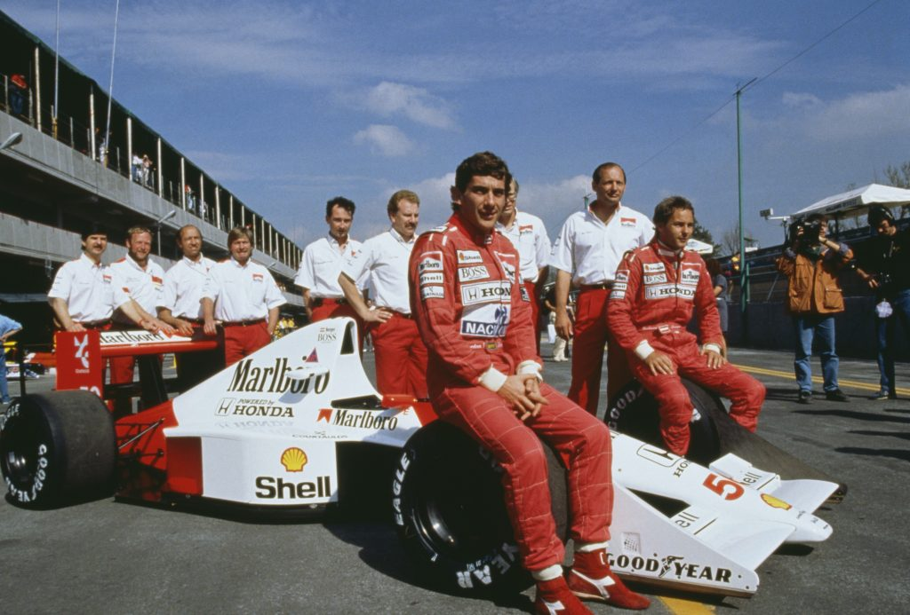 Senna posing with his team