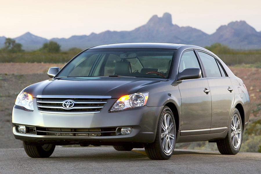 2005 Toyota Avalon parked with mountains in the background