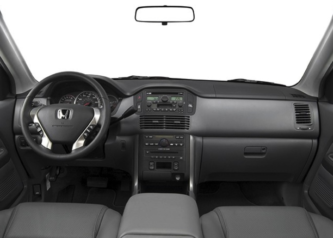 interior dash view of the 2005 Honda Pilot