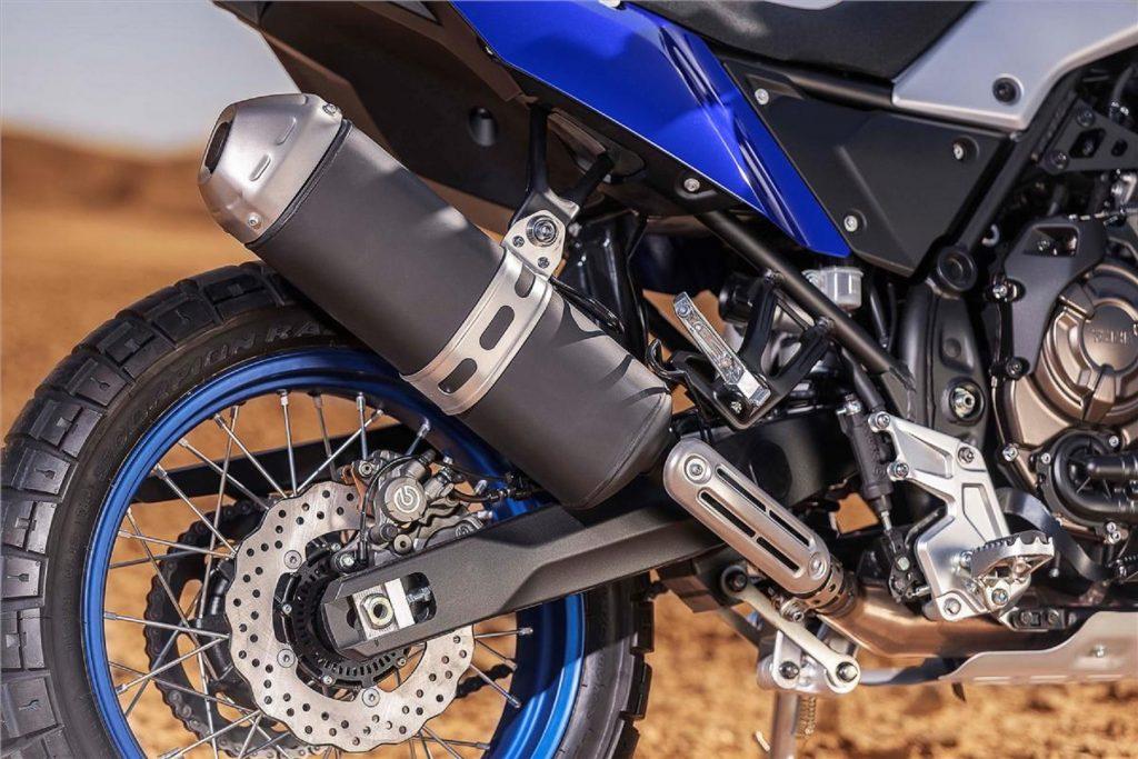 A close look at the rear wheel and swingarm of the 2021 Yamaha Ténéré 700