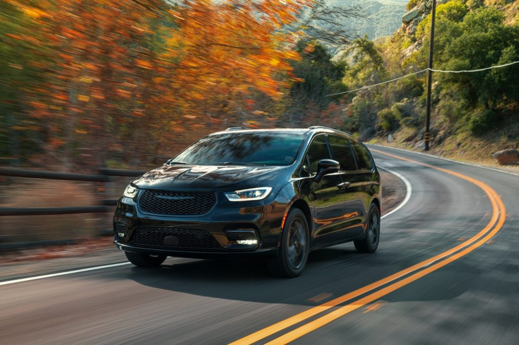 A photo of the 2021 Chrysler Pacifica outdoors.