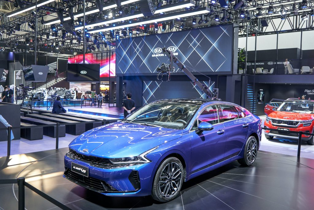 An image of the 2021 Kia K5 at an auto show.