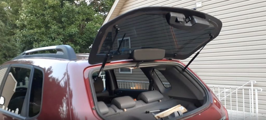 The glass on the rear liftgate of a 2005 Hyundai Tucson is raised.