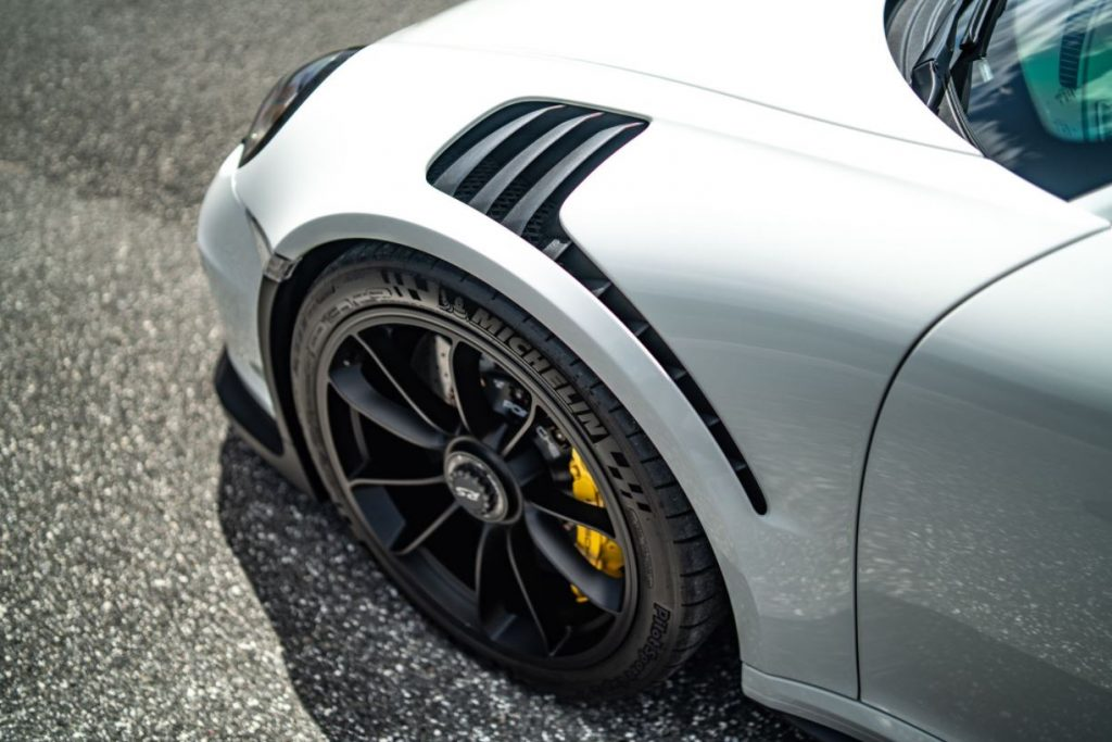 The white front fender of a Porsche 911  GT3 RS has black fender vents.