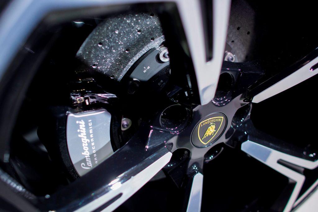 2018 Lamborghini Urus carbon-ceramic brakes