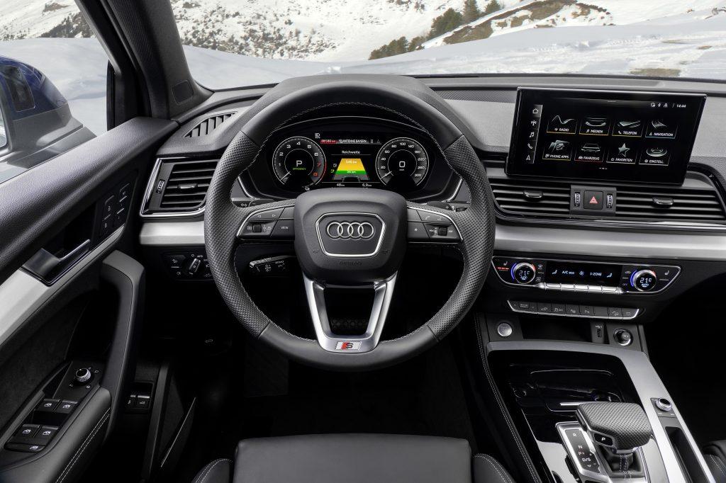 A driver's perspective shot of the interior of the Audi Q5 55 TFSI e quattro