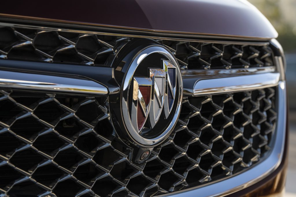 A close-up look at the luxurious Buick logo on the grille of a 2021 Buick Envision Avenir