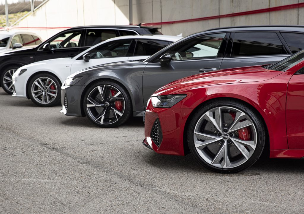 A lineup of a red, gray, white, and black Audi RS 6 Avant 4.0 TFSI quattro