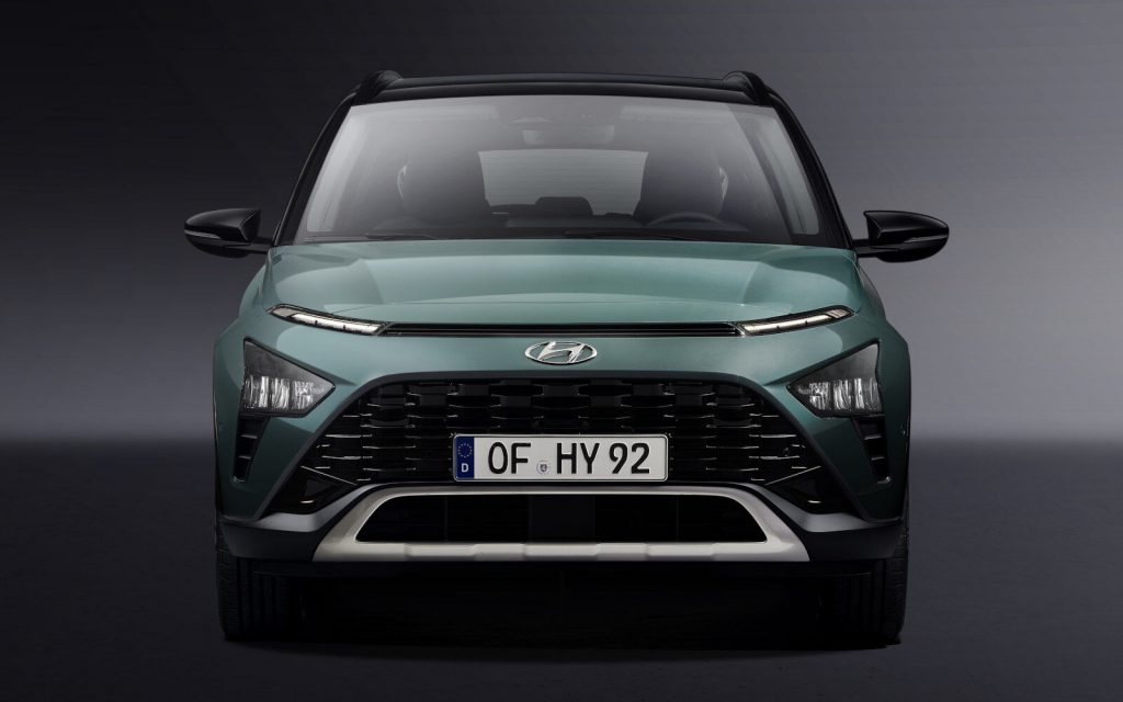 A look at the front end of a green Hyundai Bayon in front of a grey background