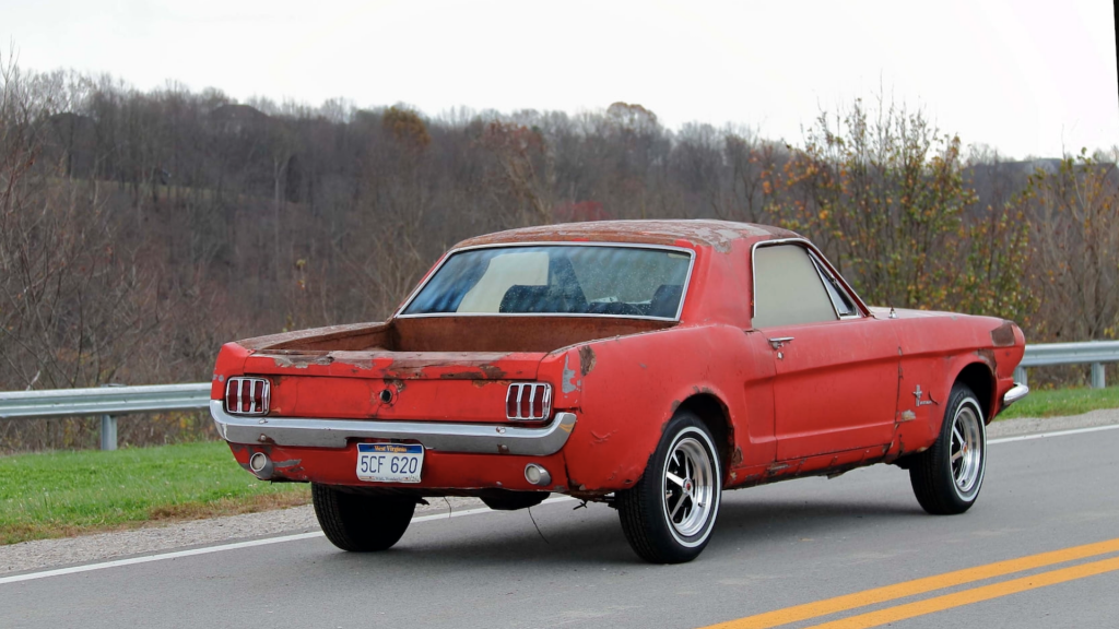 An image of a Ford Mustang Mustero parked outdoors.