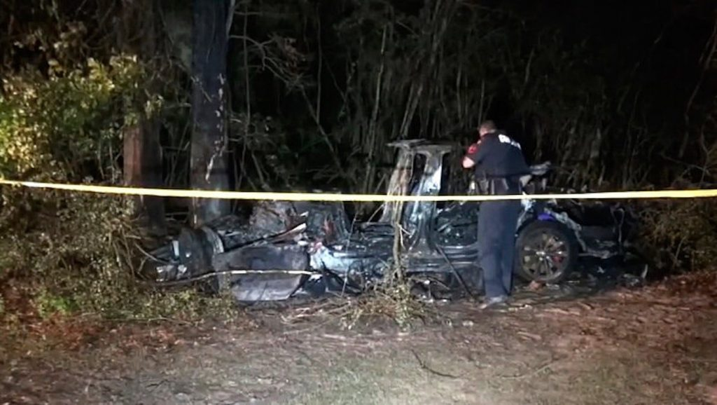 2019 Tesla Model S crashed into a tree after police discovered the Tesla Autopilot was on with no one in the driverseat
