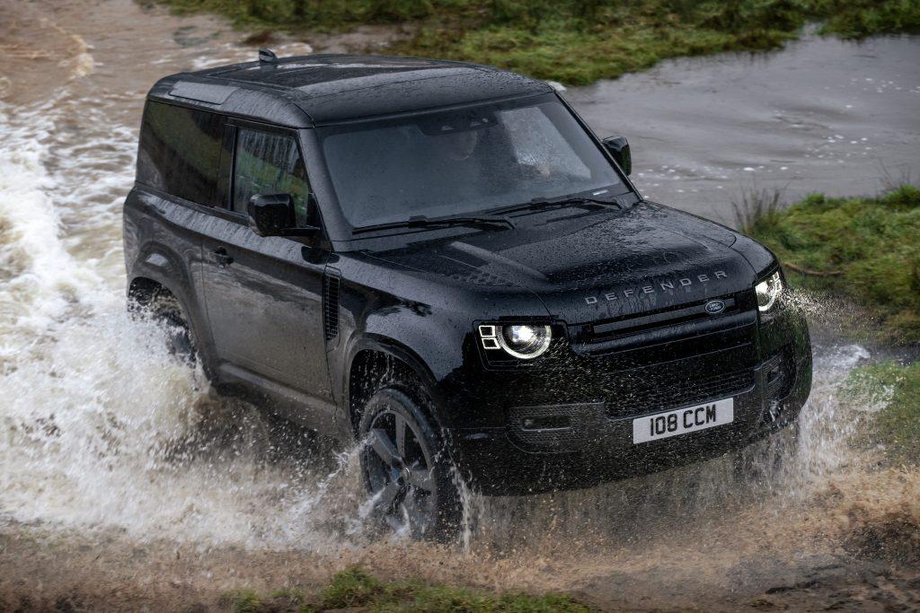 Land Rover Defedner V8 stomping through the mud