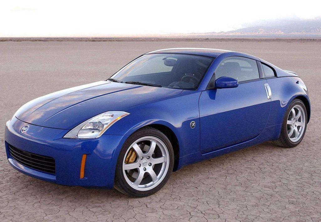 a blue 2005 Nissan 350Z