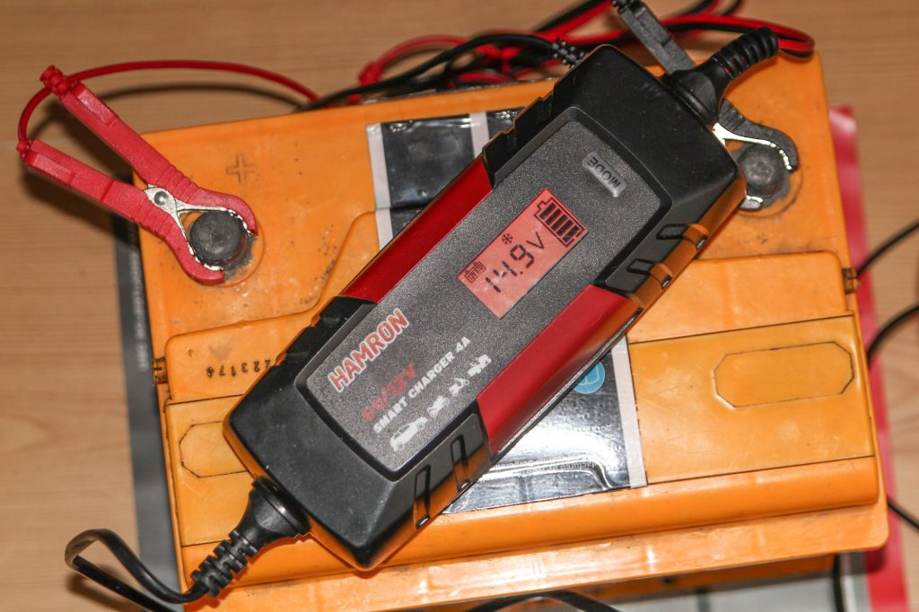 Car battery charging process using a smart charger