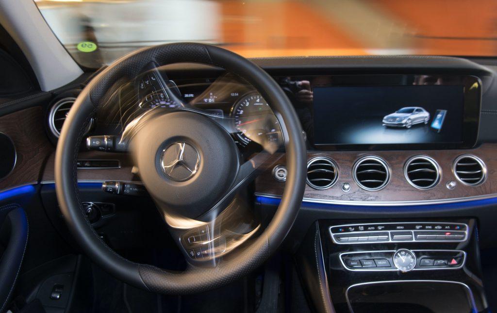 Mercedes-Benz E200 samotnie przejeżdża przez dom parkingowy wyposażony w czujniki Bosch.