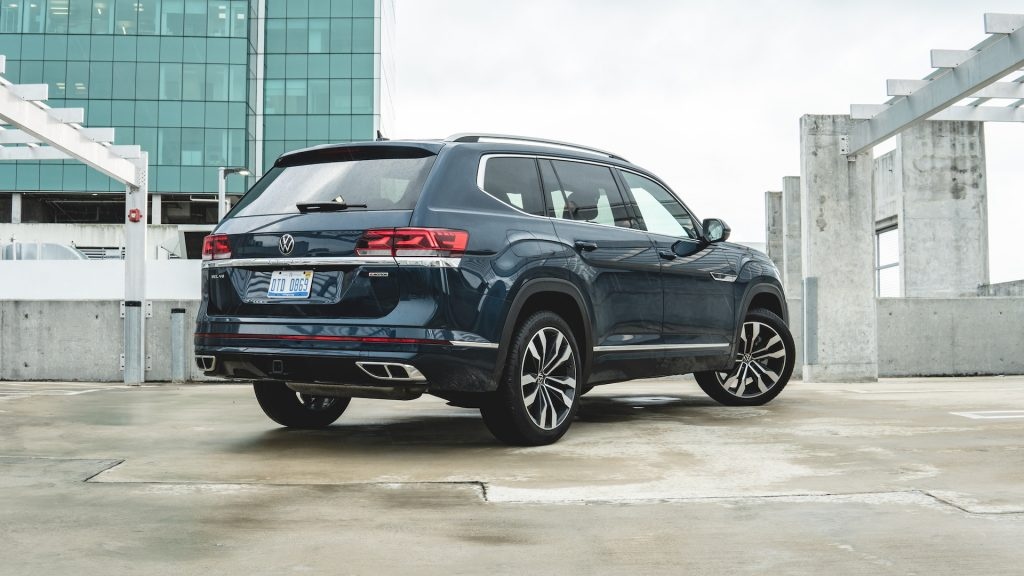 An image of a 2021 Volkswagen Atlas V6 parked outdoors.