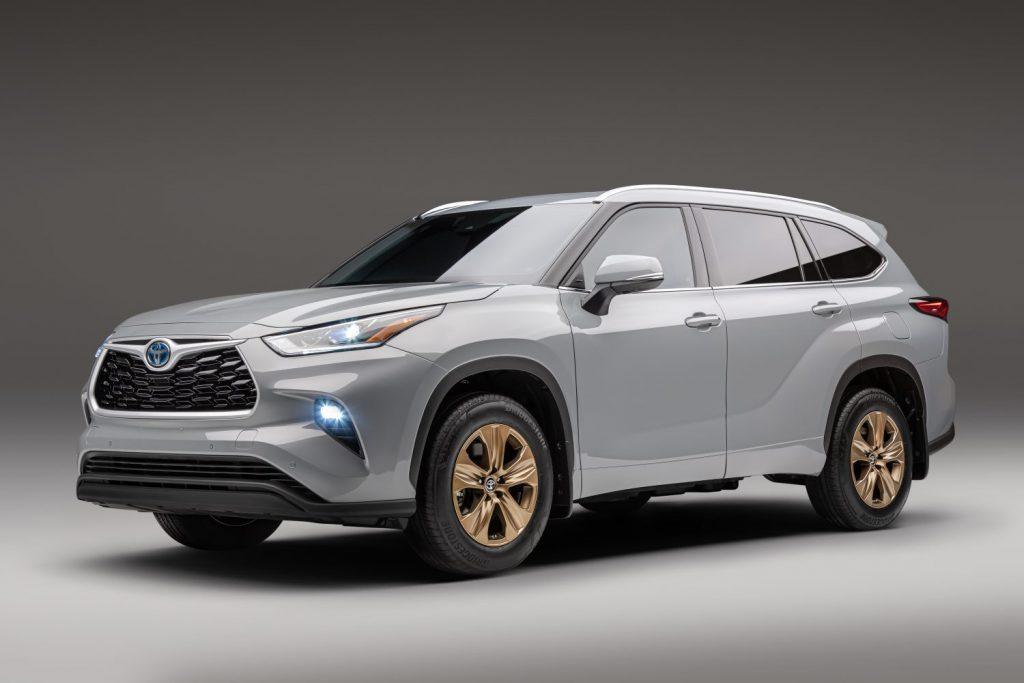 the 2022 Toyota Highlander Hybrid bronze edition in a press photo
