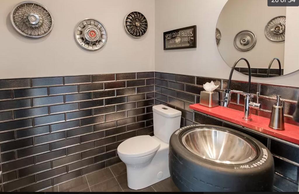 5417 Trackview Road bathroom