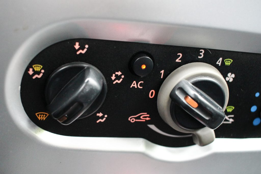 Manual air conditioning (AC) switch in Dacia Sandero. how to fix musty air conditioning smell