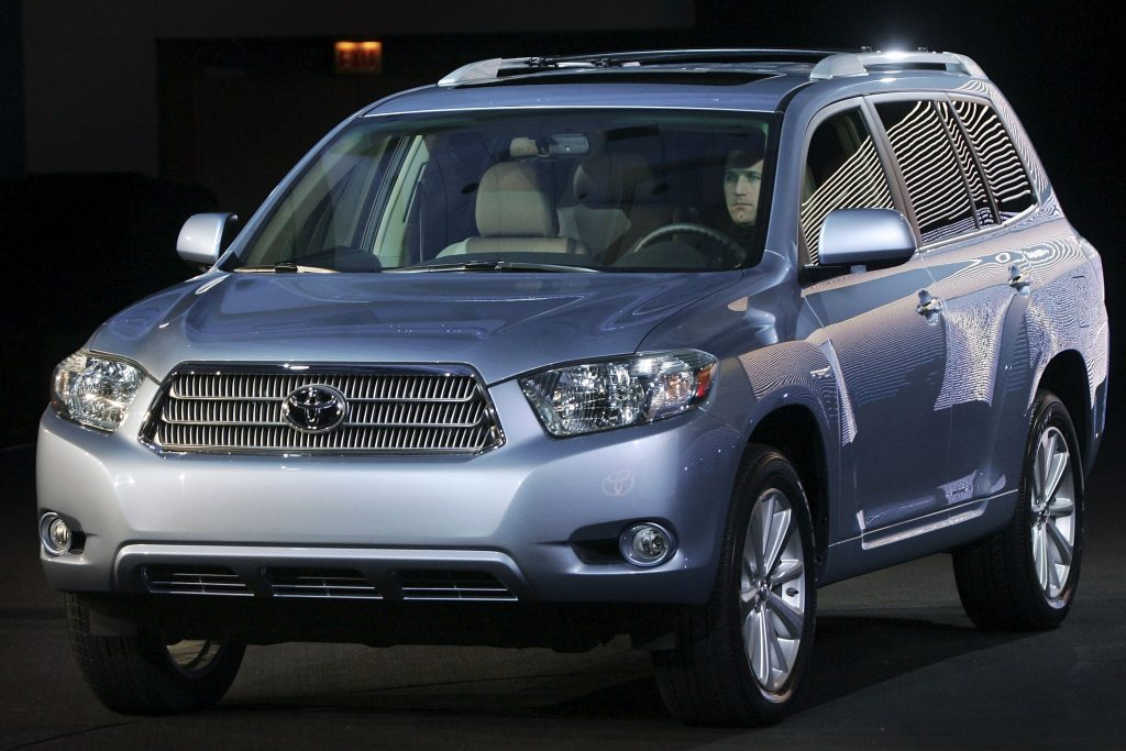 a light silver blue 2008 Toyota Highlander on display at an indoor auto show