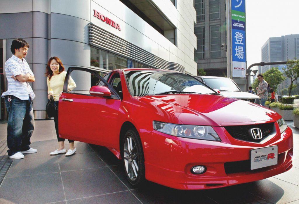 Customers in Japan inspecting a Honda Accord Euro R model