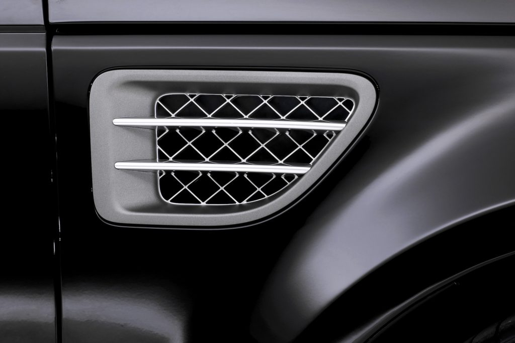 A close-up of a gray and silver air conditioning vent in a 2004 Range Rover Sport