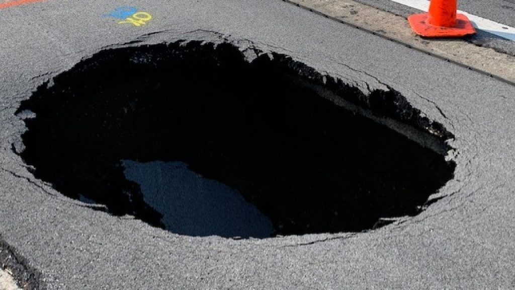 A massive sinkhole on I-465 Indiana
