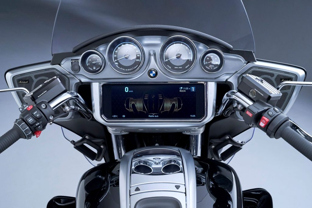 The handlebars and TFT dash of the 2022 BMW R 18 Transcontinental