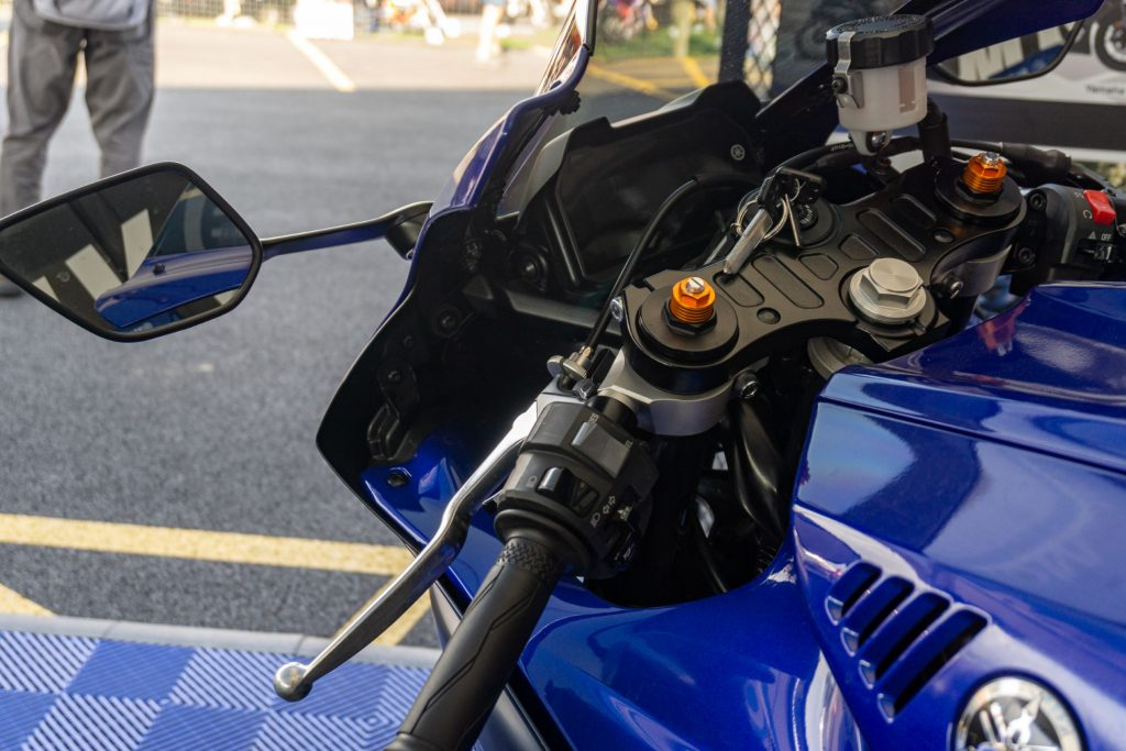 The left clip-on bar and dash of a blue-and-black 2022 Yamaha YZF-R7