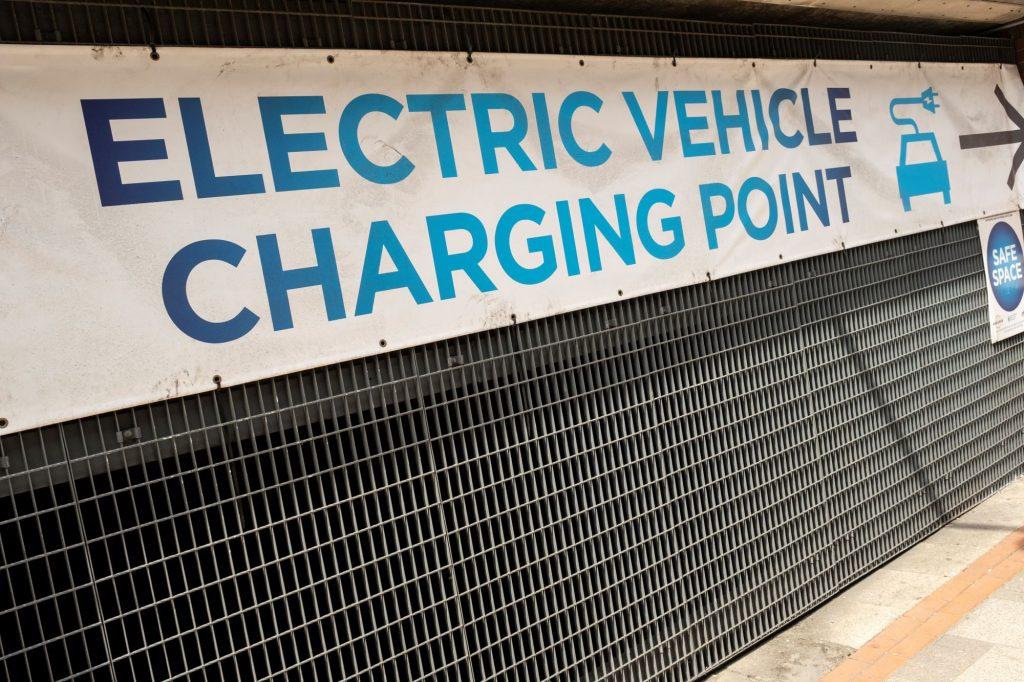 Un 'Point de recharge de véhicule électrique' signe lié à la grille