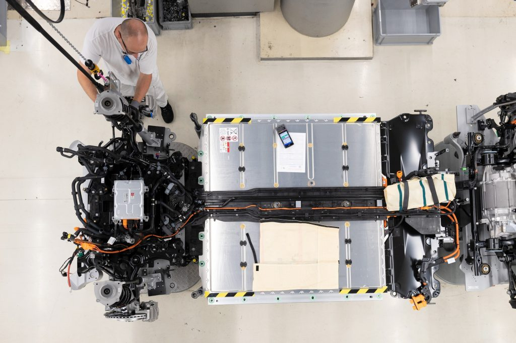A worker wires up the battery in a VW ID.3