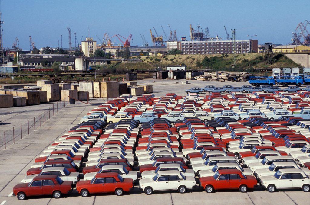 Automobiles Lada et Skoda stockées sur le port de Rostock le 23 août 1990 Allemagne. (Photo by Patrick PIEL/Gamma-Rapho via Getty Images) What Is The Best Selling Car Of All Time?