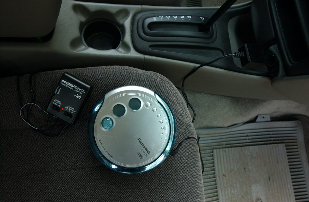 Devices that transmit sound from portable CD player to car radio
