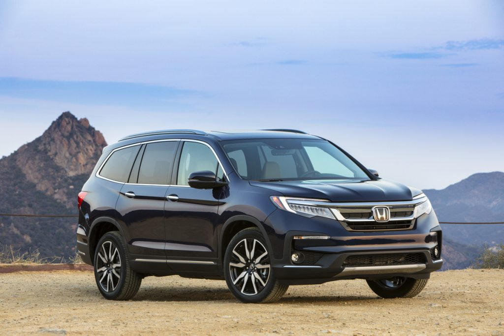 Dark blue 2022 Honda Pilot with mountains in the background