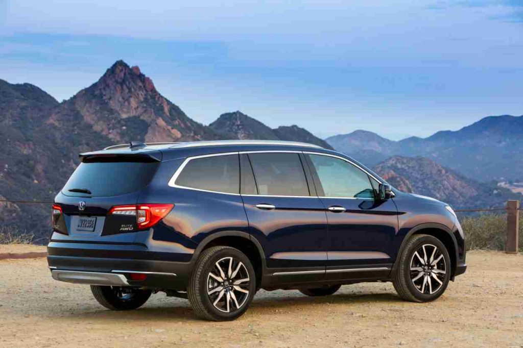 Dark blue Blue 2022 Honda Pilot with mountains in the background