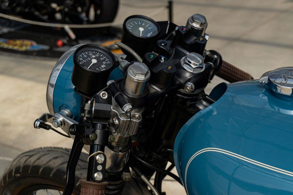 A close-up view of Mateusz Kubak's custom 1974 Honda CB550 cafe racer's gauge and handlebars