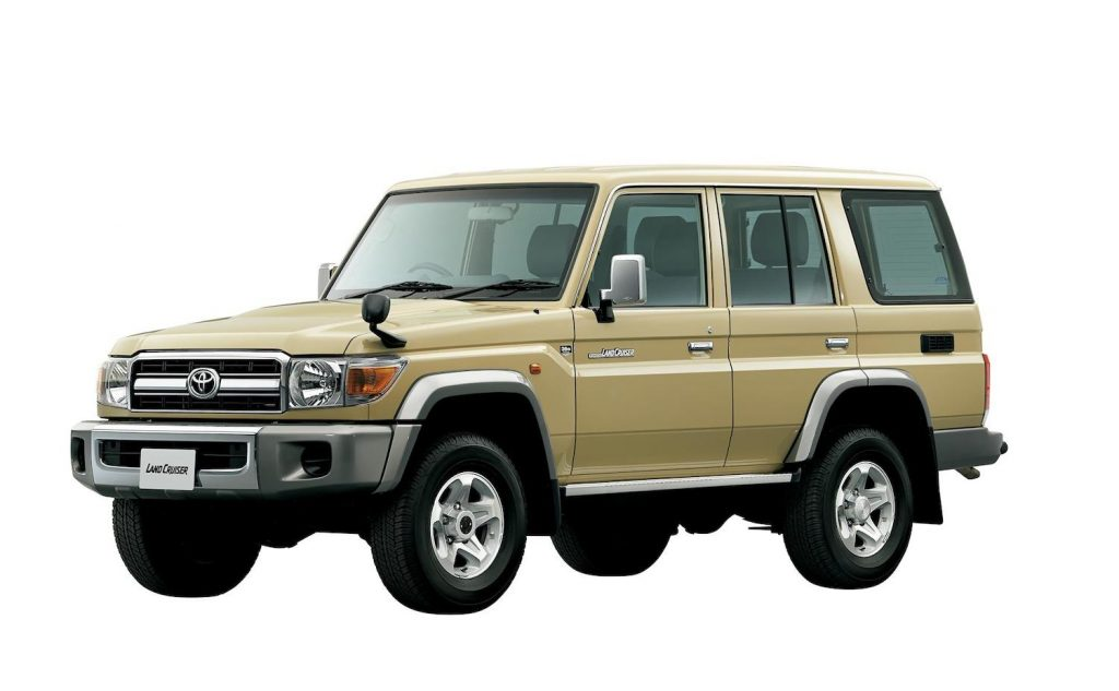 This is a beige five-door Toyota Land Cruiser like the SUV James Bond drives during No Time To Die