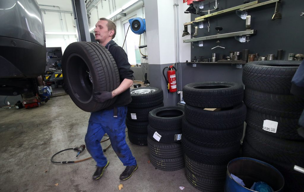 A mechanic in an auto repair shop in the Lichtenberg district changes a vehicle from summer tires to winter tires.